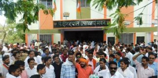 angered-by-cut-ticket-supporters-of-bodh-singh-bhagat-locked-the-bjp-office-in-mp