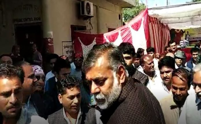 bjp-MP's-prahlad-patel-very-anger-during-Push-someone-in-rush-