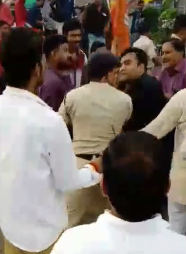 BJYM-nagar-president-manhandle-with-police