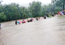 Hundreds-of-people-stranded-in-a-flood-in-the-river-in-panchmari-