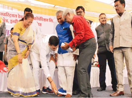 retired-peon-wear-shoes-after-24-years-in-mp