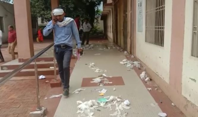-Angered-cleaning-workers-did-not-get-salaries-through-garbage-in-district-hospital