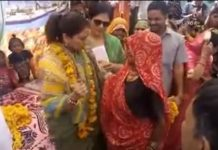 shivpuri-priyadarshini-raje-scindia-teach-dance-steps-to-old-women-during-election-campaign