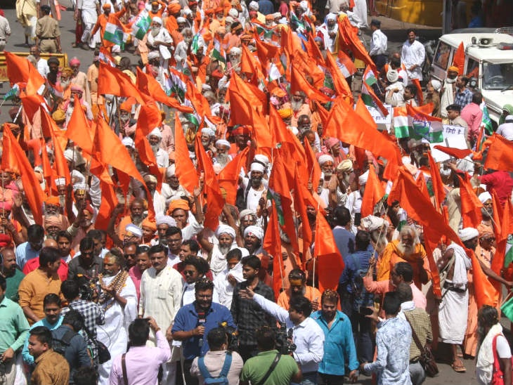 Police personnel seen wearing saffron scarves at the roadshow of Computer Baba and Digvijay Singh