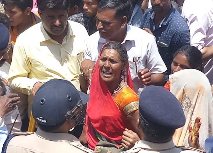 Youth died in police custody, relatives throw stones at the policemen