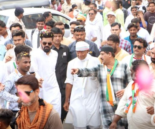 Digvijaya-Singh-promises-residential-colony-for-artists