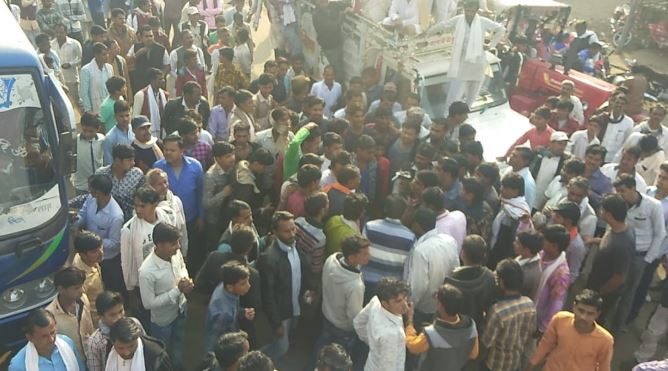 people-protest-against-police-in-khilchipur-rajgadh-