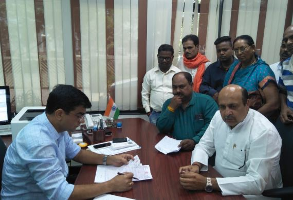 -BJP-mla-arrived-at-the-corporation-office-surrounded-by-his-own-city-government-with-half-a-dozen-councilors