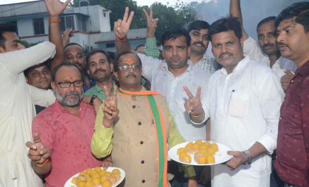 -BJP-workers-at-the-residence-of-Union-minister-celebrate