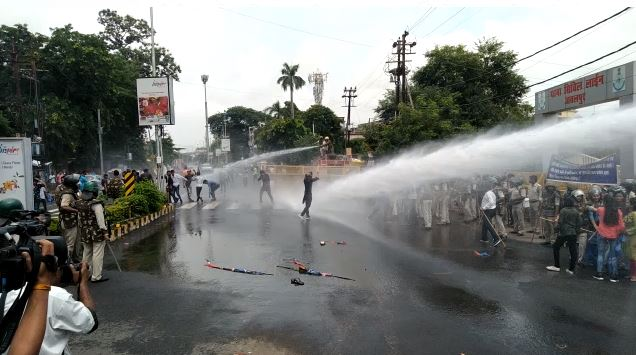 nsui-protest-in-jabalpur-police-used-water-canon-