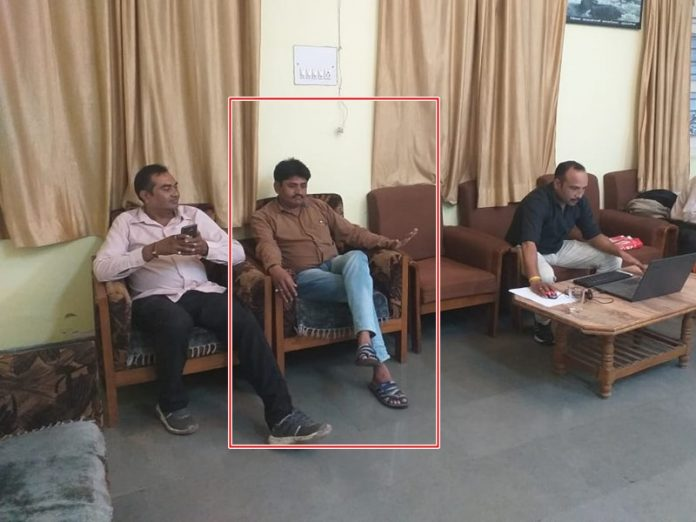 labor-office-employee-caught-in-taking-bribe-khargone