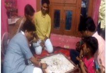 jyotiraditya-sindhiya-played-carrom-with-children-in-guna
