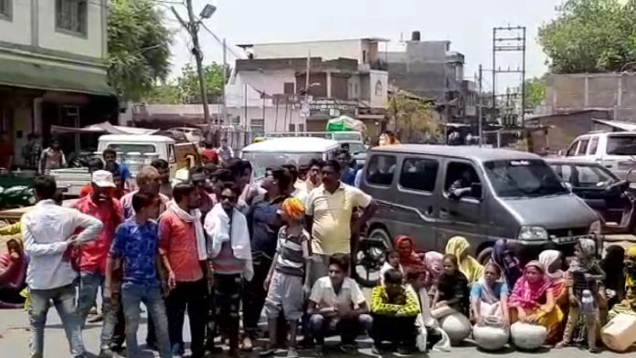 Councilor-do-traffic-jam-for-water-with-many-people