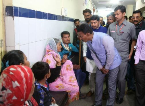 In-charge-minister-Tulsiram-Silavat-reached-flood-affected-village