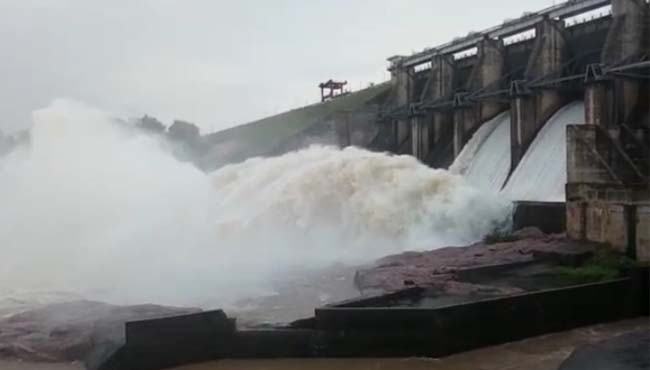 heavy-rain-in-umaria-district-open-gate-of-dam