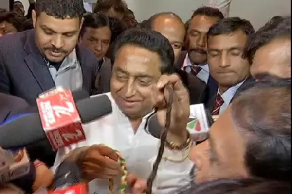 CM-Kamal-Nath-cuts-the-Congress-leader's-peak-in-the-assembly