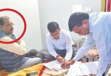 nivadi-panchayat-cmo-caught-to-settle-government-files-in-back-date-in-lodge-