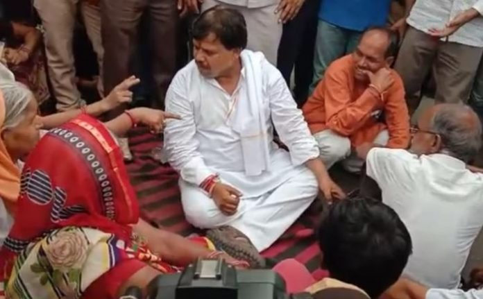 protest-on-water-issue-minister-also-sit-on-road-