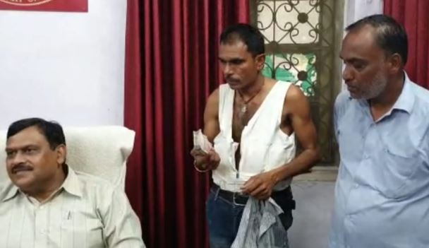 GRP-police-arrested-with-two-people-with-21-lakh-cash