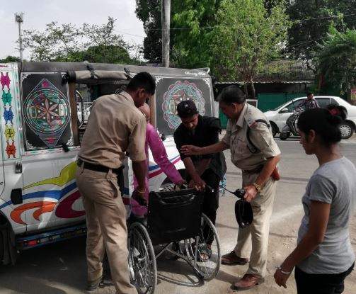 sub-inspector-help-old-voter-for-voting-in-bhopal-tt-nagar