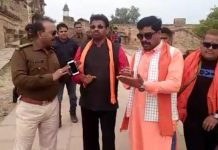 -Hindu-army-on-the-road-catching-couples-on-valentine's-day