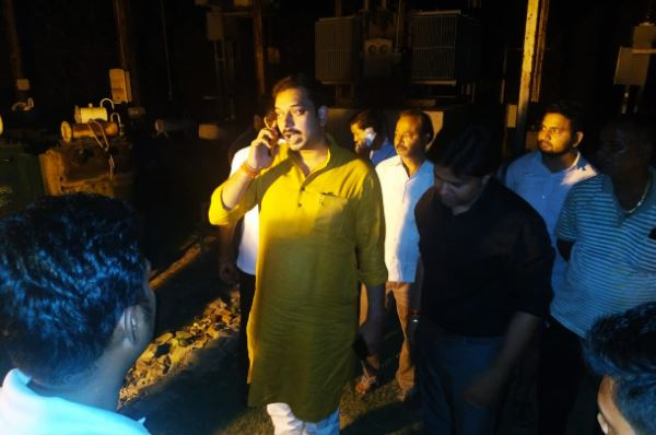 MLA-praveen-pathak-raid-on-electricity-house-suspended-from-AE-JE