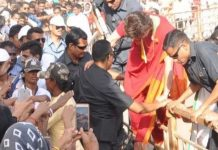 priyanka-gandhi-hops-over-a-barricade-to-meet-supporters-during-in-ratlam
