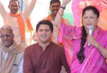 yashodhara-raje-son-akshay-is-campaigning-for-his-mother-in-shivpuri