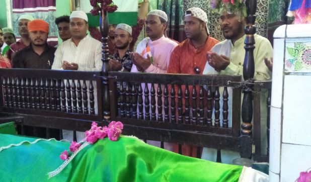 Here-is-the-climbing-sheet-in-the-dargah-for-Team-India-victory