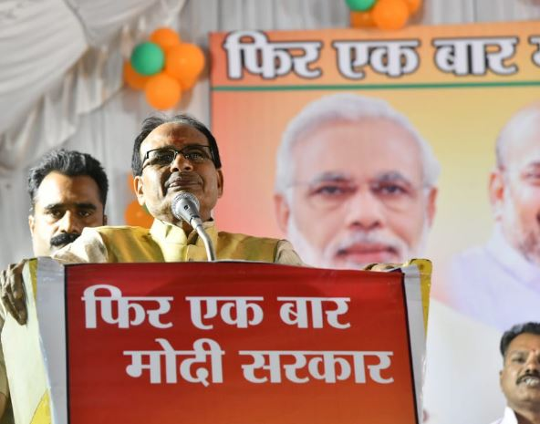 Shivraj's-said--Congressmen-are-digging-the-sand-like-they-have-been-hungry-for-15-years-to-rob-Madhya-Pradesh