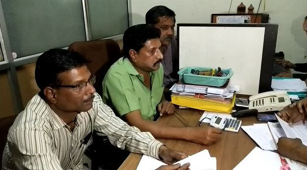 Chief-Clerk-of-the-Social-Justice-Department-caught-with-bribe-in-indore