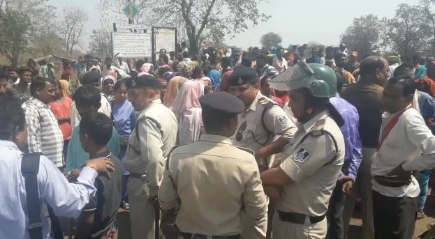 Contractor-firing-in-jabalpur-villagers-protested