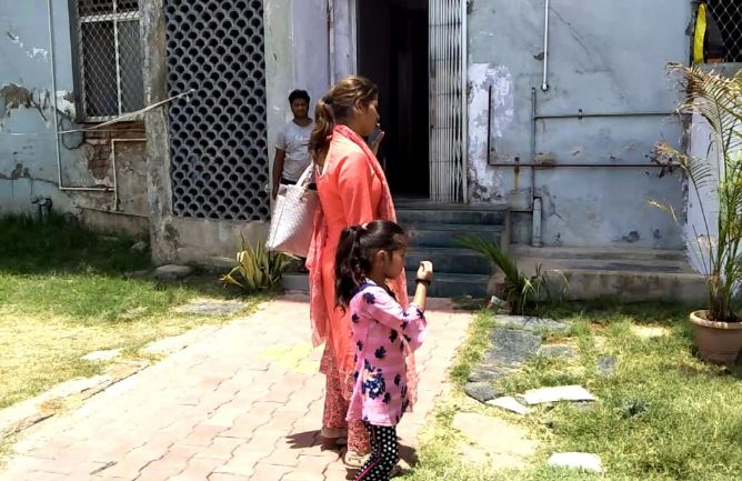woman-who-reached-Jabalpur-from-Jammu-with-the-daughter