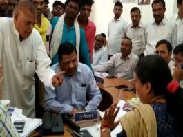 high-voltage-debate-between-the-collectors-and-the-Congressmen-in-alirajpur
