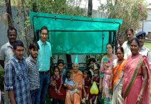 katni-collector-daughter-learning-education-in-anganwadi