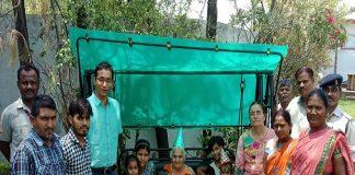 katni-collector-daughter-learning-education-in-anganwadi