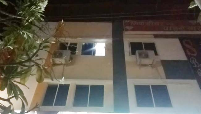 wife-caught-her-husband-with-girfreind-young-girl-jump-from-hotel-second-floor-in-indore