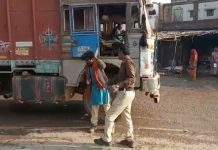 mp-policemen-beat-truck-driver-