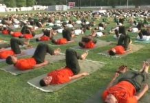 -Army-jawans-and-officials-have-done-yoga-with-family