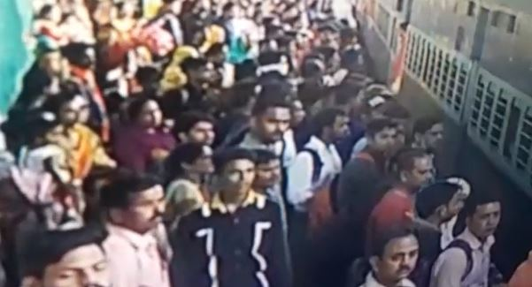 young-man-death-in-indore-during-hurry-to-catch-a-train-Captured-in-CCTV