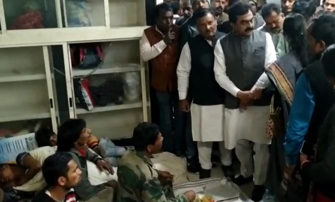 Rakesh-Singh-meet-injured-security-guard-in-medical-hospital