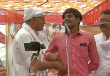 Digvijaya-Singh-asks-a-youth-in-the-crowd-did-you-get-Rs-15-lakhs-in-your-account