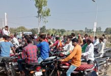 mp-election-petrol-filling-in-bikes-for-modi-sabha-in-mandsaur-by-bjp-
