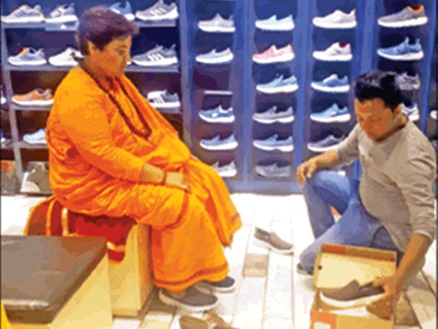-Sadhvi-Pragya-will-vote-for-the-name-of-the-nation-after-wearing-a-foreign-broad-shoe