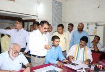 Tehsildar-Govind-Rajput-has-come-to-complain-with-Arif-Akeel-
