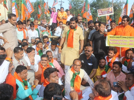 during-the-farmers-movement-convoy-stopped-shivraj-sat-on-the-road-in-balaghat