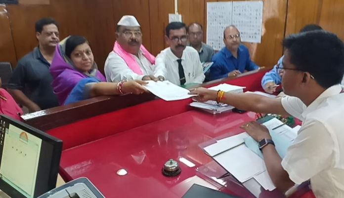 -Congress's-difficulties-have-increased-surendra-singh-thakur's-wife-filled-nomination-in-khandwa-