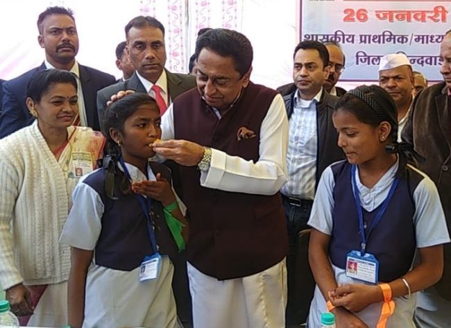 the-school-children-ate-the-food-to-Chief-Minister-Kamal-Nath-hands-see-video