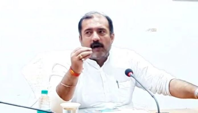 minister-tarun-bhanot-angry-in-meeting-against-officers-