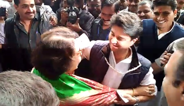 mp-election-scindia-and-minister-maya-singh-meet-during-voting-in-gwalior